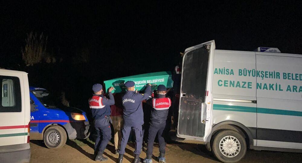 Manisa'nın Ahmetli ilçesine bağlı Kestelli Mahallesinde jandarma tarafından aynı yerde başlarından vurulmuş halde 4 kişinin cansız bedeni bulundu.