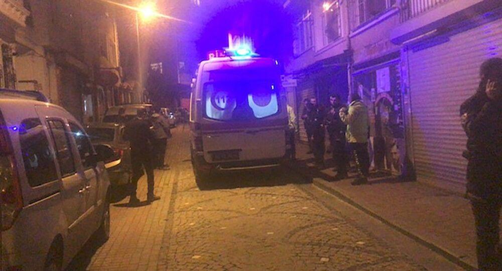Fatih'te denetimler sırasında kimlik sorgusu yapan bekçilerden birine otomobil çarparak kaçtı. Yaralı bekçi hastaneye kaldırılırken, kaçan sürücünün yakalanması için çalışma başlatıldı.