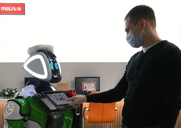 Temel sağlık göstergelerini ölçebilen robot