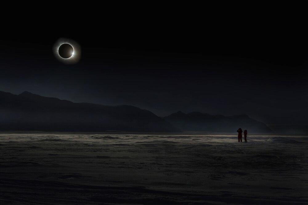 2020 Yılının Seyahat Fotoğrafçısı Yarışması'nın Ana Ödülünü kazanan Rus fotoğrafçı Vladimir Alekseev'in Svalbard'da yaşanan tam güneş tutulması anını görüntülediği fotoğraf