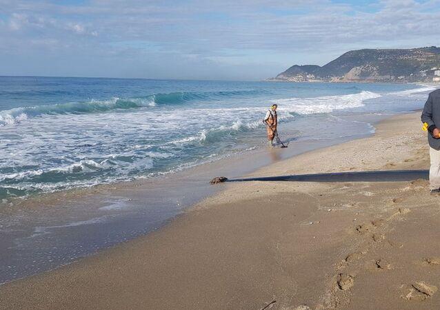 Alanya'da fırtına sonrası eline dedektör alan sahile koştu