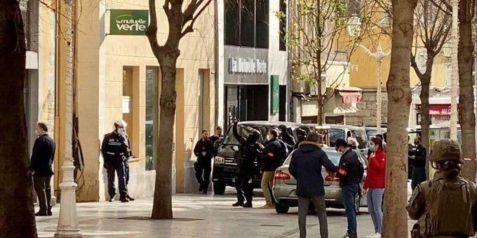 2020 yılını bir tarih öğretmeninin kafasının da kesildiği cihatçı saldırılarla geçiren Fransa'da bir evin penceresinden içinde kesik insan kafası bulunan kutu fırlatıldı. Toulon'daki olayla ilgili polis operasyonunda bir kişi gözaltına alındı.