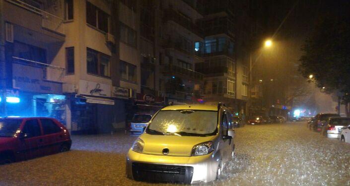 Araçlar sular altında kaldı
