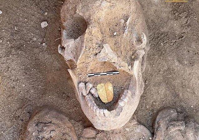 Mısır'ınİskenderiye şehrindeki Taposiris Magna tapınağında yürütülen kazı çalışmalarındakayaların içine oyulmuş 16 mezar ortaya çıkarıldı. Antik Mısır ve Roma döneminden kalmayaklaşık 2 bin yıllık mezarlardaaltın dilli mumyalar bulundu.