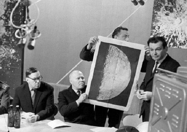 Sovyetler Birliği'ne ait Luna 9 uzay aracının Dünya'ya gönderdiği yüzeyin ilk panoramik görüntüleri