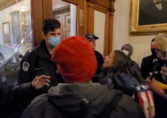 ABD Kongresi baskınında polisin açtığı ateşte öldürülen 'Afganistan-Irak gazisi' eski kadın asker Ashli Babbitt, Temsilciler Meclisi'ne giden kapıdan girmeye çalışırken