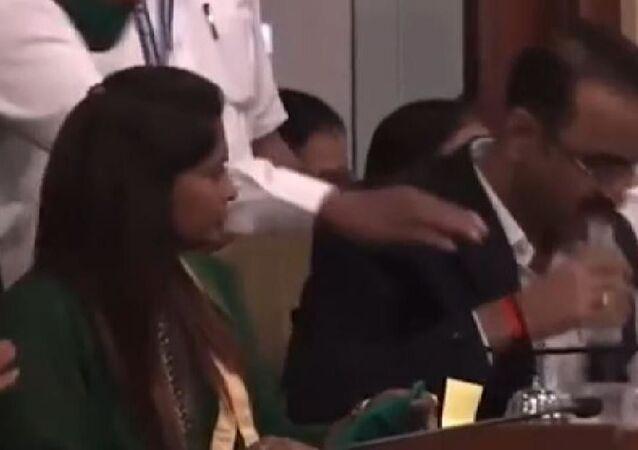 Hintli yetkili, bütçe toplantısı sırasında su şişesi sanarak dezenfektan içti