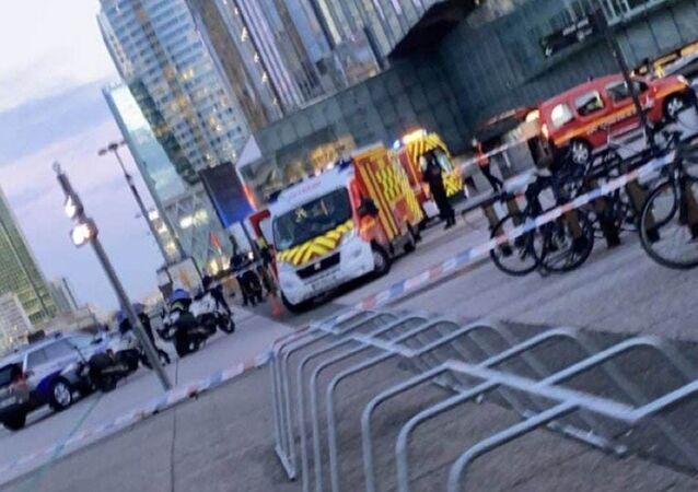 Fransa'nın basketi Paris'te evsiz bir adam belediyeye ait kamyoneti çalarak kalabalığın arasına daldı. Olayda 1 kişi hayatını kaybetti, 1 kişi de ağır yaralandı.