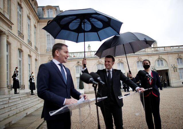 Fransa Cumhurbaşkanı Emmanuel Macron'un Slovakya Başbakanı Igor Matovic ile görüşme öncesi şemsiye mücadelesi ilginç anlar yaşattı.