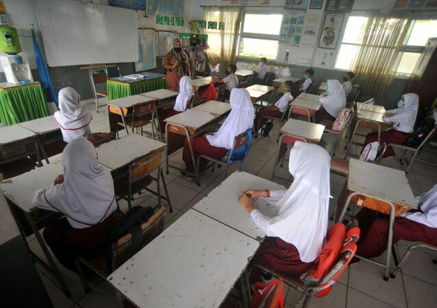 Endonezya'nın Batı Sumatra eyaletindeki Padang şehrinde bir okulda ders görülürken tesettürlü öğretmen ve öğrenciler