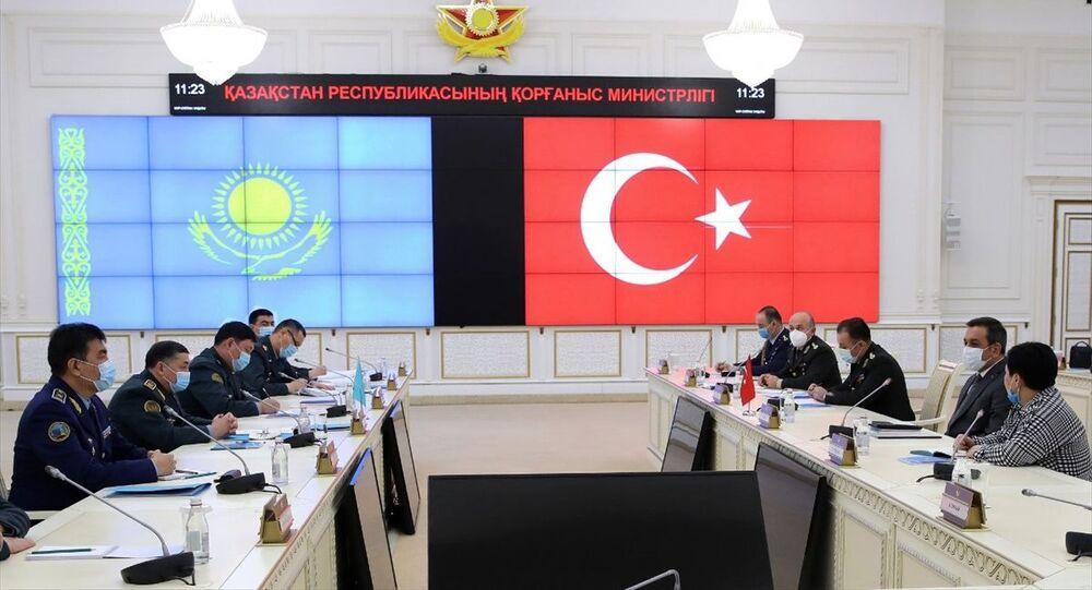 Milli Savunma Bakanı Yardımcısı Muhsin Dere, Kazakistan'a gerçekleştirdiği iki günlük çalışma ziyareti kapsamında Kazakistan Savunma Bakanı Nurlan Yermekbayev ile bir araya geldi.