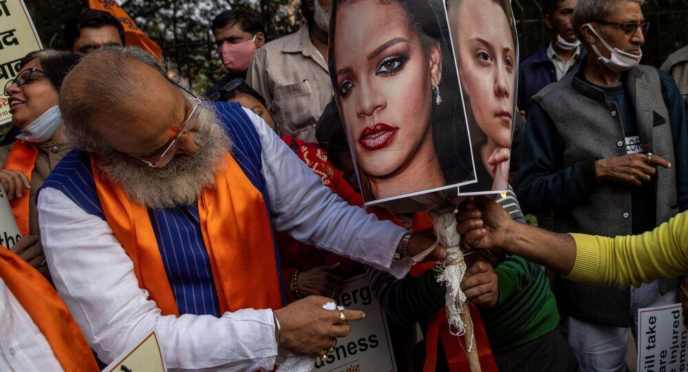 Hindistan'ın başkenti Yeni Delhi'de toplanan Birleşik Hindu Cephesi aktivistleri, protestocu çiftçilere destek açıklayan pop ve R&B kraliçesi Rihanna, İsveçli iklim aktivisti Greta Thunberg gibi ünlülerin posterlerini yaktı.