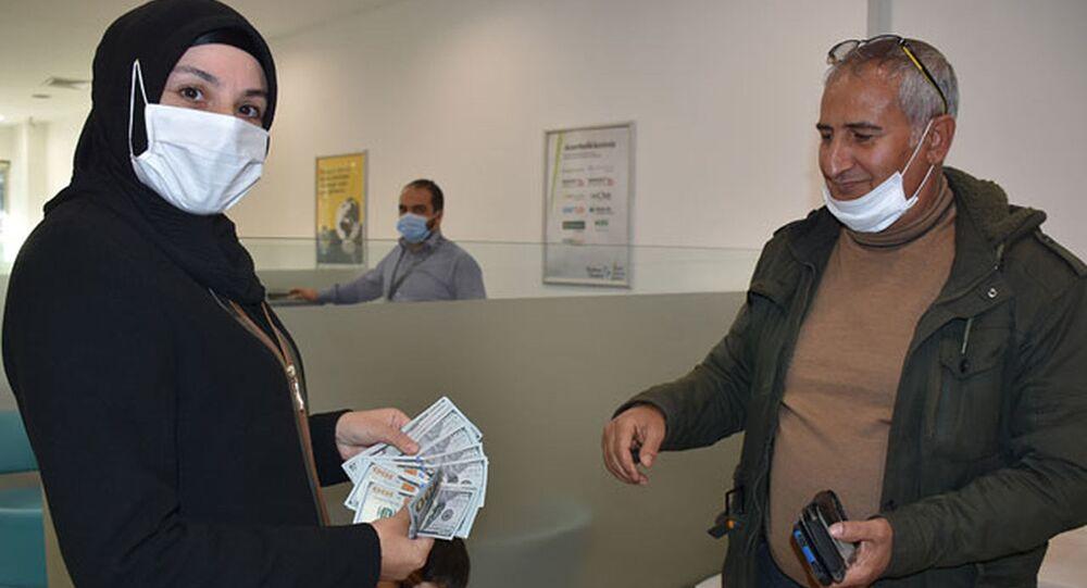 Hesabına yanlışlıkla gönderilen 20 bin doları iade etti