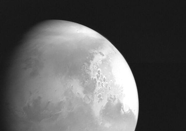 Çin Ulusal Uzay İdaresi tarafından yayımlanan fotoğraf, Mars keşif aracı Tianwen-1 tarafından Mars'ın 2,2 milyon kilometre mesafeden çekilen ilk görüntüsünü gösteriyor