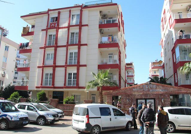 Antalya'da iki çocuk annesi kadın tabancayla intihar etti. Kadının uzun süredir yüzündeki yara sebebiyle tedavi gördüğü öğrenildi.