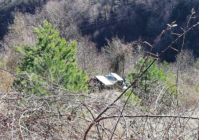 Direksiyon başında uyuyan sürücü, 25 metrelik uçuruma yuvarlandı