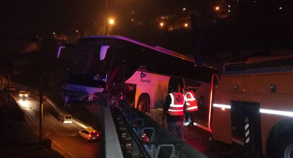 Kocaeli TEM otoyolunda içinde 30 yolcu bulunan yolcu otobüsü, rahatsızlanan sürücünün kontrolünü kaybetmesi sonucu bariyerleri parçalayarak viyadük üzerinde asılı kaldı. 30 metre yükseklikteki viyadükten uçmaktan son anda kurtulan otobüsteki 6 kişi ise yaralandı.
