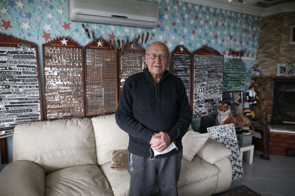Otomobillere ayrı bir tutkusu olan 79 yaşındaki Süleyman Şahin, araçların logo ve modellerine ait amblemleri biriktirmeye başladı.