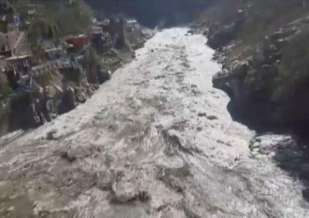 Hindistan'ınUttarakhand eyaletinin Chamoli bölgesinde buzul kopması sonucu meydana gelen heyelan veAlaknanda ile Dhauliganga nehirlerindeki taşma, binlerce kişinin tahliyesine yol açtı.