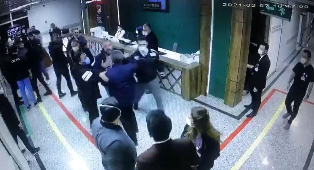 Gaziantep'te, korona virüsten hayatını kaybeden şahsın yakınları sağlık çalışanlarına saldırdı. Saldırı anları, güvenlik kameralarına yansıdı.