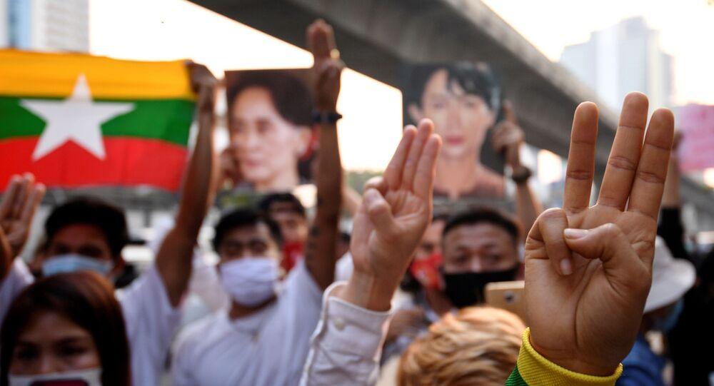 Tayland'daki Myanmar büyükelçiliği önünde askeri darbe karşıtı protesto