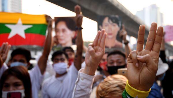 Tayland'daki Myanmar büyükelçiliği önünde askeri darbe karşıtı protesto - Sputnik Türkiye
