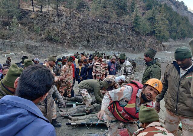 Hindistan'da Himalayalar'dan kopan buzul parçasının neden olduğu selde 7 kişinin cansız bedenine ulaşıldı. Ekipler, kayıp olan 125 kişiyi ise arama çalışmalarına devam ediyor.