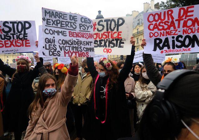 13 yaşındayken Julie'ye 2 yıl boyunca tecavüz eden 20 itfaiye erinin yargılanması için protesto