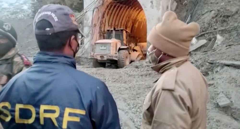 Hindistan'ın Uttarakhand eyaletinin Chamoli bölgesinde buzul kopması sonucu meydana gelen heyelan ve Alaknanda ile Dhauliganga nehirlerindeki taşma: Enkaz altında kalan tünel inşaatında kurtarma çalışmaları...