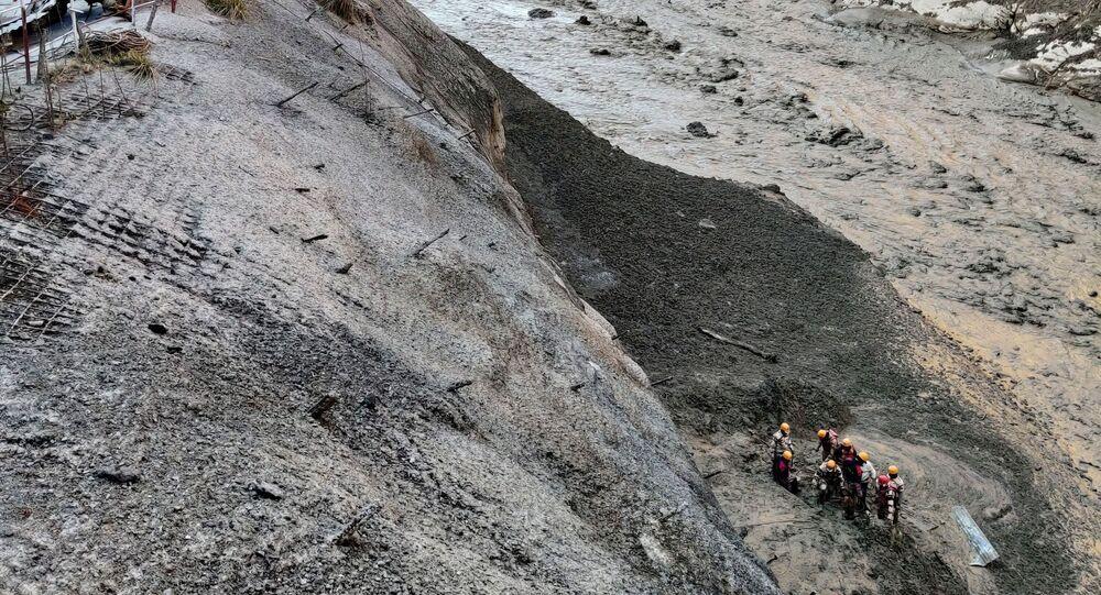 Hindistan'ın Uttarakhand eyaletinin Chamoli bölgesinde buzul kopması sonucu meydana gelen heyelan ve Alaknanda ile Dhauliganga nehirlerindeki taşma: Polis felaketzedeleri arama-kurtarma çalışmasında...
