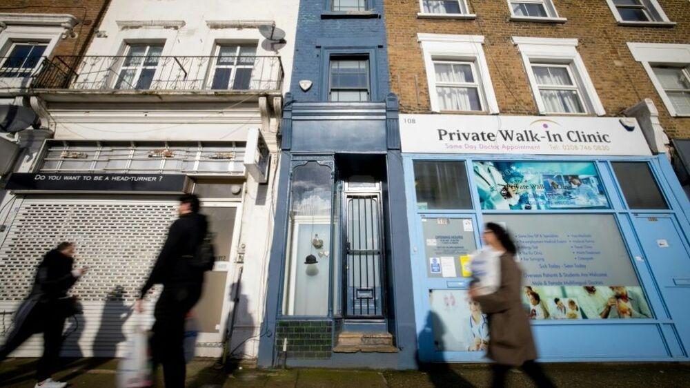 Kentin en dar evi olan bu ev, Londra'da bir muayenehane ile bir kuaför salonu arasında kalıyor.