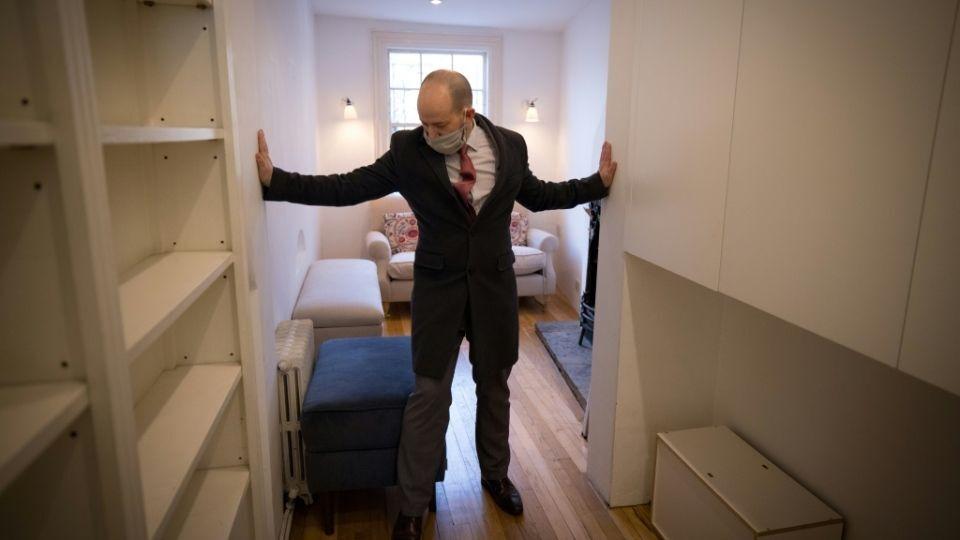 Ev biraz pahalı çünkü evde her şey var diyen emlakçı, Shepherd's Bush'tan 10 ila 15 dakika içinde Londra'nın kalbinde olabilirsiniz ifadesini kullandı.