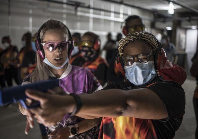 Güney Afrikalı kadınlar cinsel şiddete karşı silah eğitimi alıyor