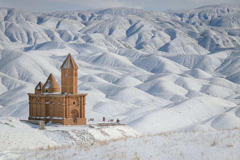 Wiki Anıtları Seviyor 2020 yarışmasının kazananlarından İranlı fotoğrafçı Farzin IzadDoustDar'ın  görüntülediği Sohrol kasabasındaki St. John Kilisesi