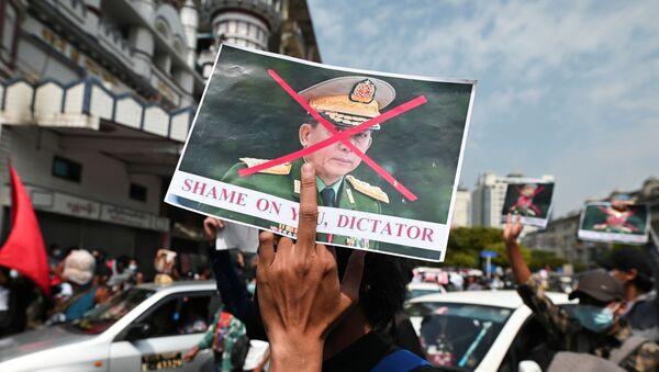 Askeri darbeye karşı düzenlenen protestolarda Genelkurmay Başkanı Min Aung Hlaing'in resmine çarpı atılıp 'Utan diktatör' yazıldı. (Yangon, Myanmar) - Sputnik Türkiye