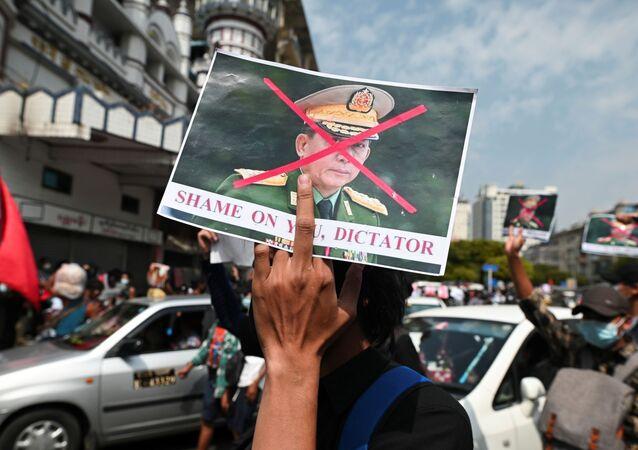 Askeri darbeye karşı düzenlenen protestolarda Genelkurmay Başkanı Min Aung Hlaing'in resmine çarpı atılıp 'Utan diktatör' yazıldı. (Yangon, Myanmar)