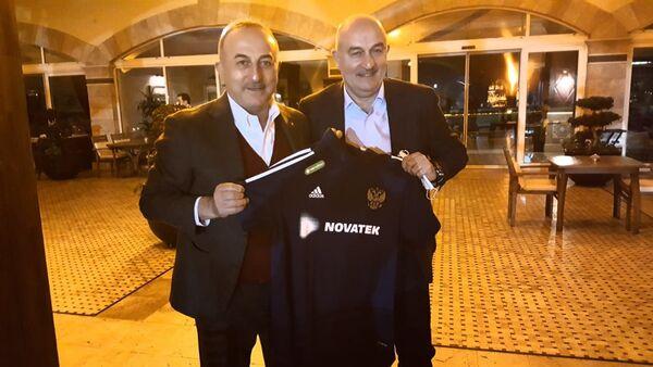 Rusya Milli Futbol Takımı Teknik Direktörü Stanislav Çerçesov - Dışişleri Bakanı Mevlüt Çavuşoğlu - Sputnik Türkiye