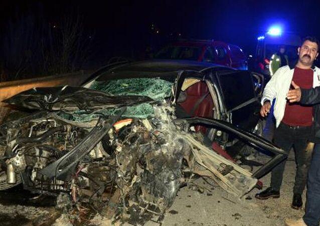 Serik'te çarpışan iki otomobilden biri dereye uçtu: 6 ölü