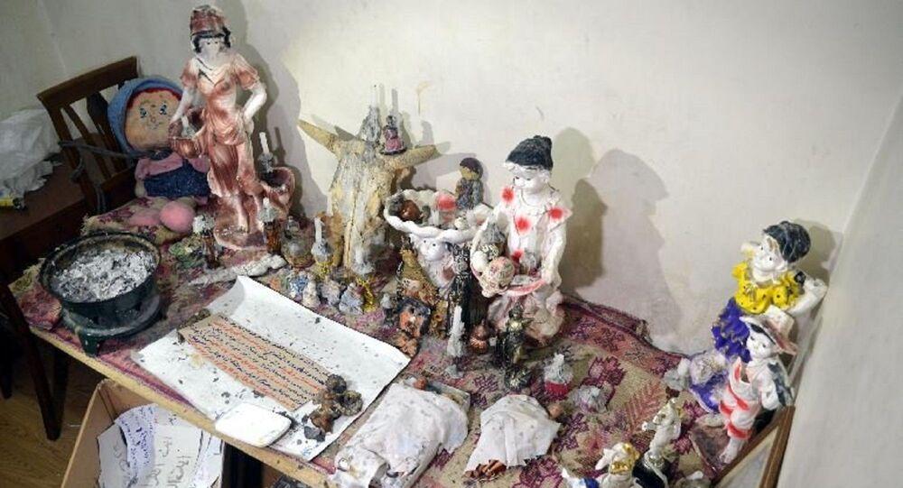 Büyü merkezi olarak kullanılan evde yapılan aramada ele geçirilen eşyalar