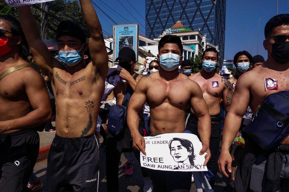 Ülkenin en büyük kenti Yangon'daki protestolarda bir grup üstsüz genç göze çarptı. Arkadaşlarıyla fotoğrafını Facebook hesabından paylaşan kişisel antrenör Phyo Ko Ko Askeri diktatörlük istemiyorum dedi, gösterilere biraz 'kas gücü' katmak istediğini söyledi.