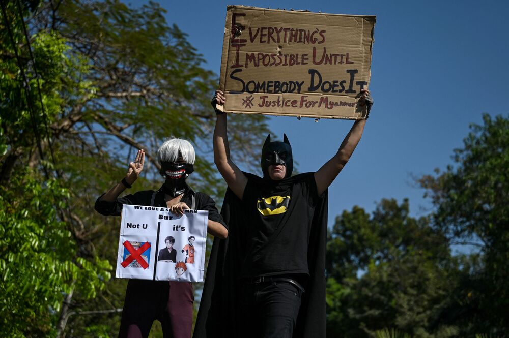 Süper kahraman Batman kılığına girmiş ve bir aracın üstünde duran bir protestocunun elindeki pankartta da Her şey imkansız gelir. Ta ki biri çıkıp başarana kadar yazıyordu.