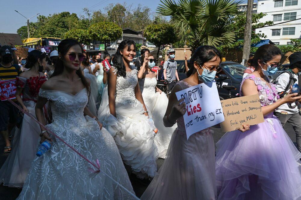 Bazı kadın protestocular gelinlikleriyle sokağa çıktı. Bir gelin- damat da Düğün bekleyebilir ama bu hareket bekleyemez yazılı pankartla yürüdü.