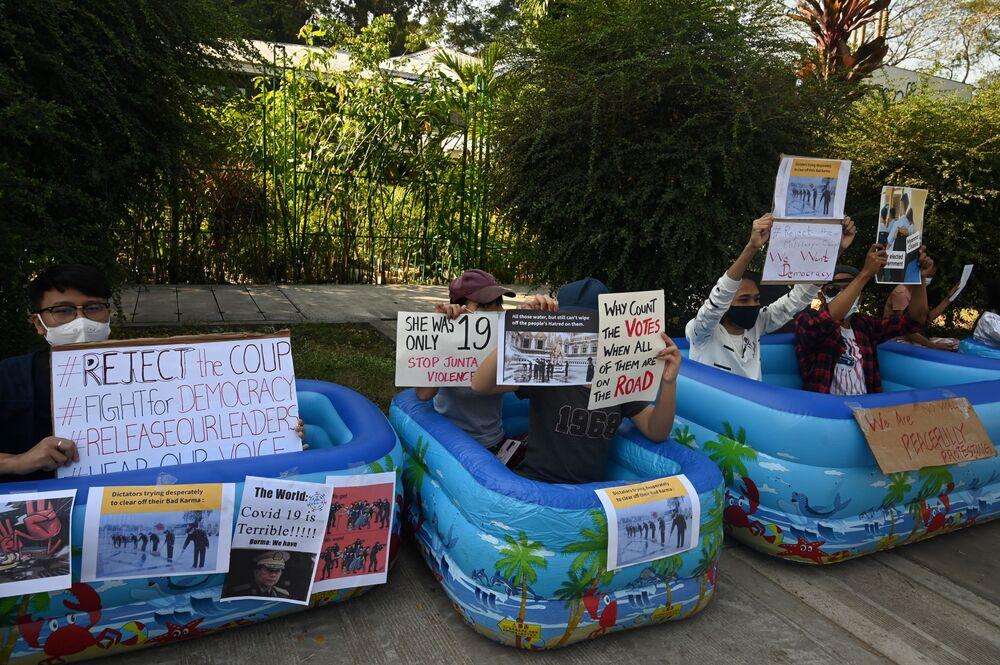 Yangon'daki Japonya Büyükelçiliği'nin önünde toplanan bazı göstericiler de şişme havuzların içine oturdu. Fikrin kendisinden çıktığını söyleyen üniversite öğrencisi Moe Myat Theingi, Nasıl daha yaratıcı olabilir ve uluslararası toplumun dikkatini çekebiliriz diye düşünüyoruz. Z kuşağı zekidir dedi.