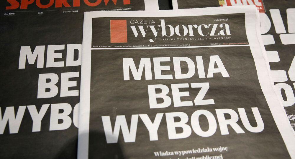 Polonya'da PiS hükümetinin bağımsız medyayı susturma çabası olarak yorumlanan reklam gelirlerinden vergi alınması tasarısına karşı gazeteler siyah baş sayfayla çıktı, özel radyo-TV kanalları 24 saat yayını kesti.