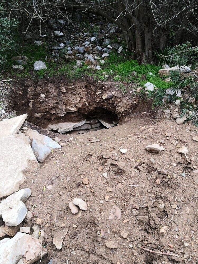 Mezar olduğu tahmin edilen yerde kimsenin olmamasını fırsat bilinerek define avcıları gece gündüz bölgede kazı yapıyor. Özellikle sokağa çıkma kısıtlamalarında ortaya çıkan define avcıları antik mezarları kırıp içerisine bakıyor.