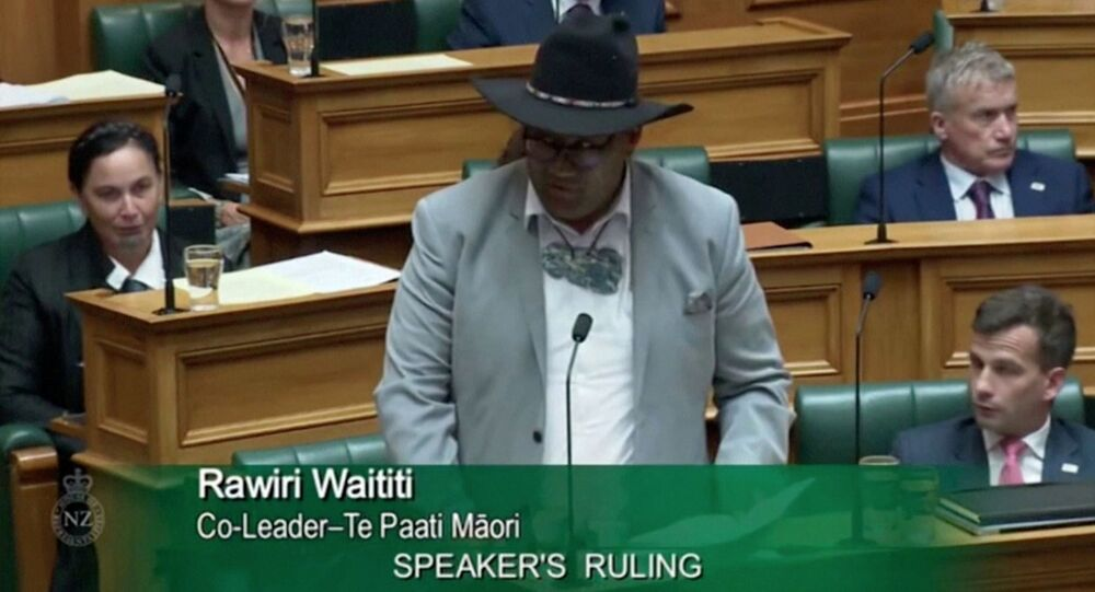 Yeni Zelanda'da kravat krizi: Parlamento BaşkanıTrevor Mallard, Maori Partisi Eşbaşkanı Rawiri Waititi'ye erkek milletvekillerinin soru sorabilmesi içinkravat takması zorunluluğuna uymadığı gerekçesiyle genel kurulu terk etti.
