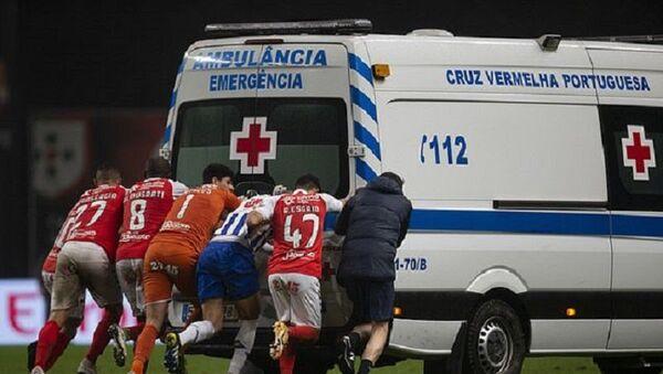 Braga ile Porto futbolcuları, ambulans - Sputnik Türkiye