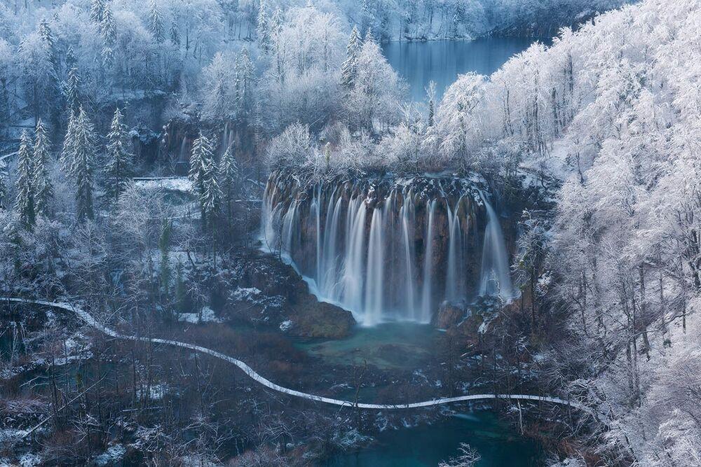 Uluslararası Yılın Bahçe Fotoğrafçısı Yarışması'nın (IGPOTY-14) Nefes Alan Yerler kategorisinde birincilik kazanan Slovenyalı fotoğrafçı Luka Esenko'nun Şelale Diyarı başlıklı fotoğrafı