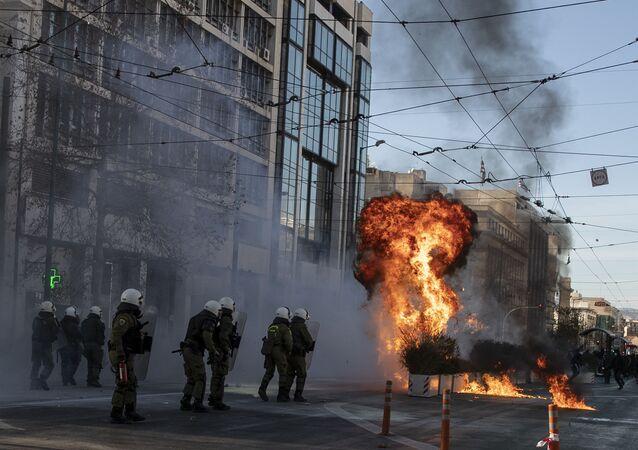Atina'da çok sayıda öğrenci, 'kampüs polisi' tasarının görüşüldüğü sırada Yunan parlamentosuna doğru yürümek istedi. Parlamento önünde yapılan gösterilerde iki kişi göz altına alındı.