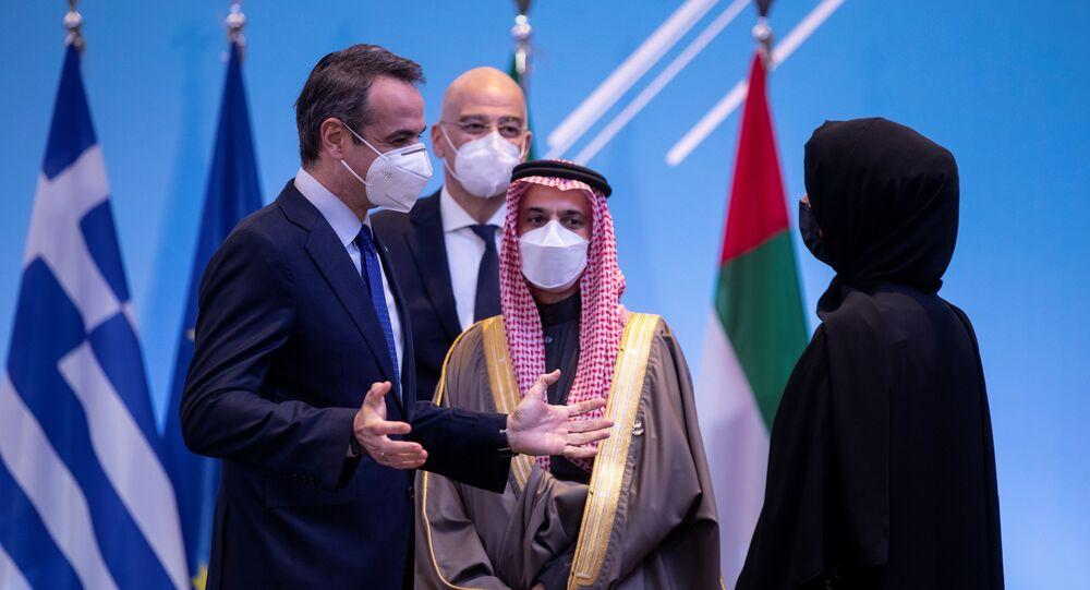 Yunanistan Başbakanı Kiryakos Miçotakis ile BAE'nin Uluslararası İşbirliğinden Sorumlu Devlet Bakanı Reem İbrahim el Haişimi konuşurken, arka planda Suudi Dışişleri Bakanı Prens Faysal bin Ferhan ve Yunan Dışişleri Bakanı Nikos Dendias